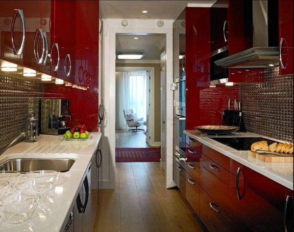 красная кухня в два ряда