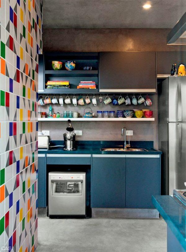 разноцветный кафель на стене кухни