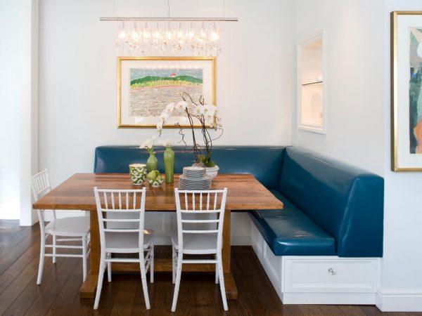 голубой угловой диван на кухне