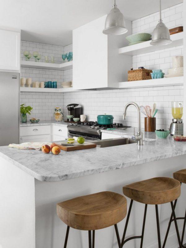 белая кухня с открытыми полками