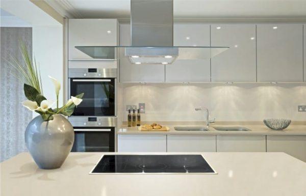 белая просторная прямолинейная кухня