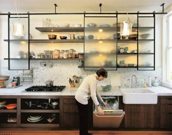 прямая кухня с открытыми полками