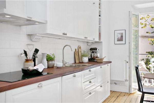 коричневая столешница на белой кухне