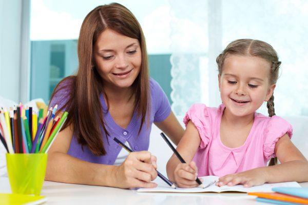 мама с ребёнком рисует