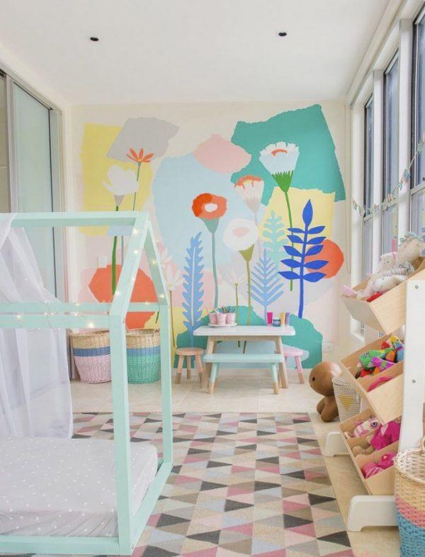 нежный рисунок на стене в детской комнате