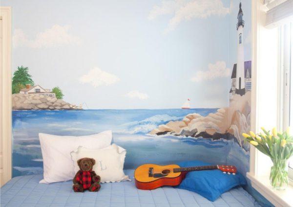 море и маяк на рисунке на стене