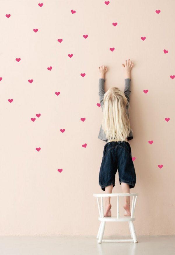 рисуем сердечки на стенах детской комнаты