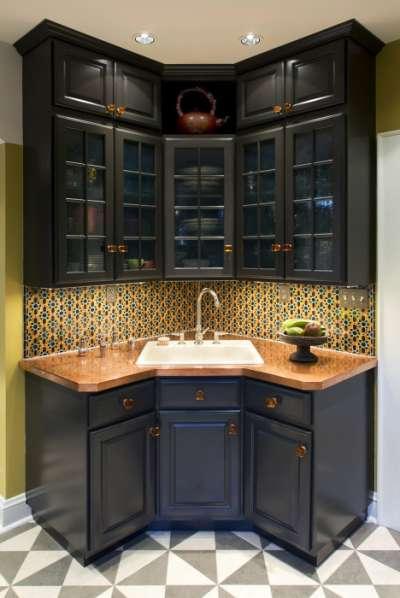 угловая кухня насыщенного цвета