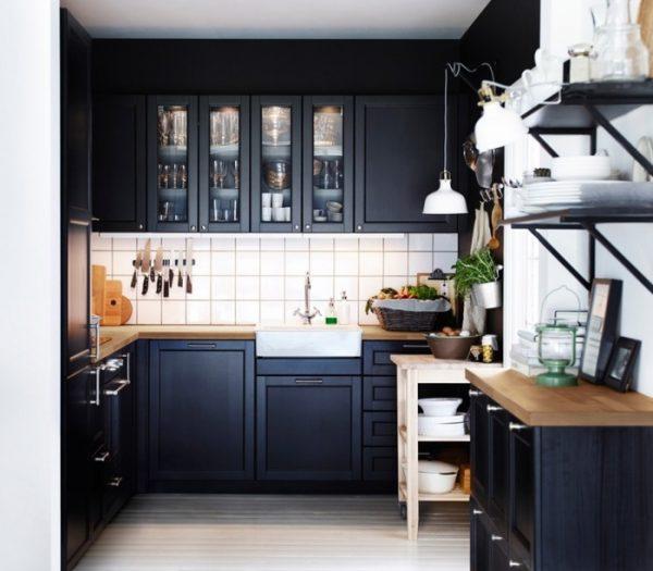 чёрная угловая кухня с комодом