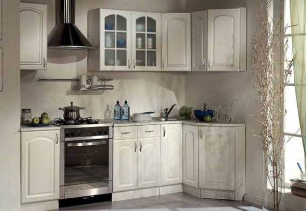 классический кухонный гарнитур светлый