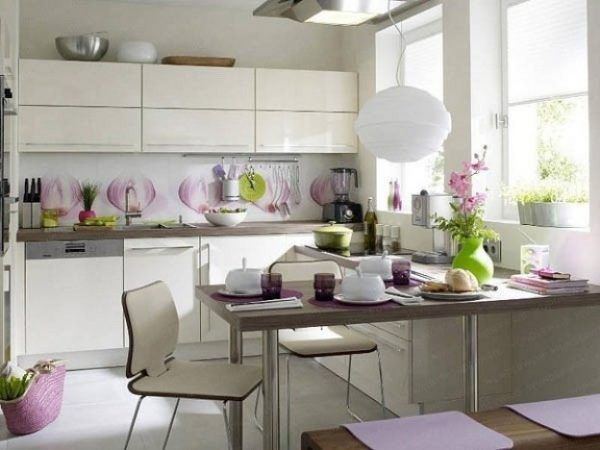 белая угловая кухня с фиолетовым декором