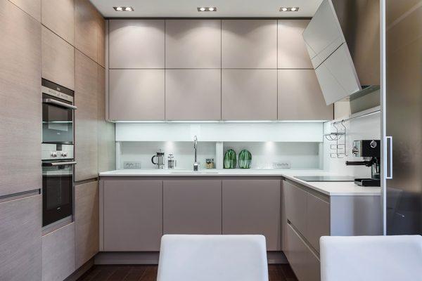 П-образная серо бежевая кухня