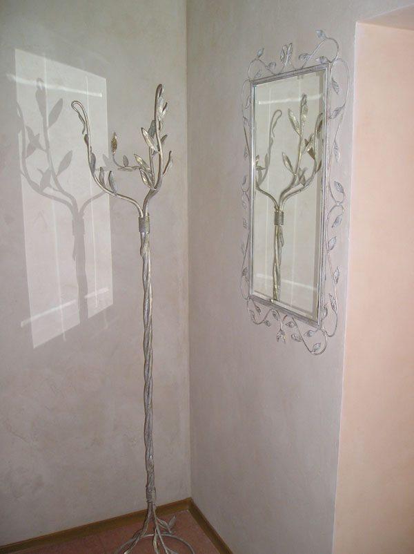 кованая вешалка серебряного цвета