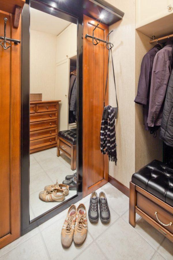 кованная вешалка на шкафу
