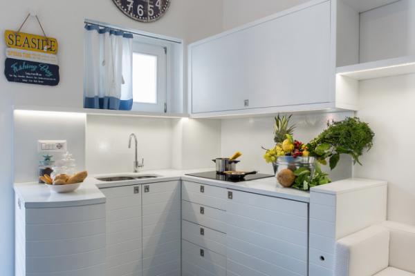 угловая светлая кухня с маленьким окном