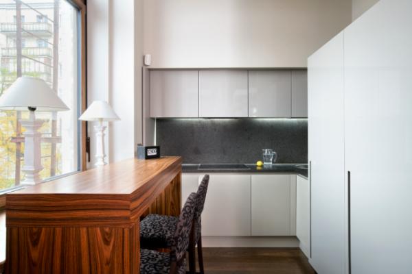 деревянный кухонный стол у окна