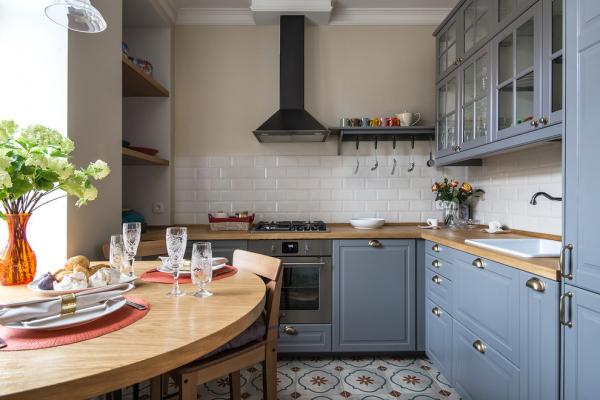 кухня с кафелем на стене и на полу