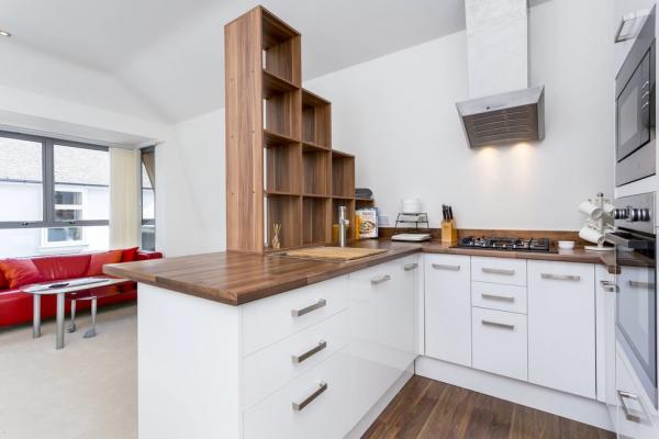угловая кухня с деревянной полкой