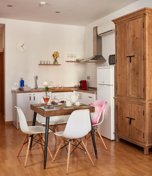 кухня из дерева со столиком