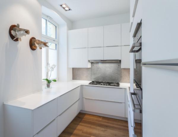 П-образная белая кухня