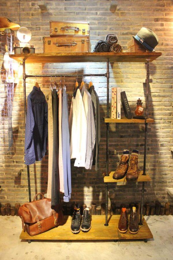 полка для обуви из деревянной столешницы и труб из металла