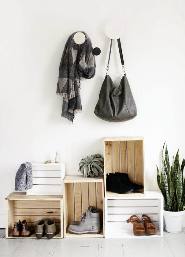деревянные ящики в качестве полки для обуви