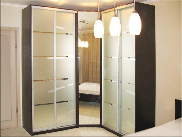 угловой шкаф-купе в коридоре с подсветкой