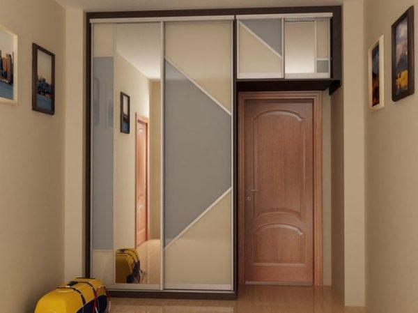 шкаф купе вокруг дверей коридора