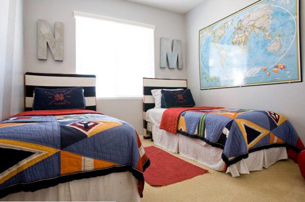 две кровати напротив друг друга