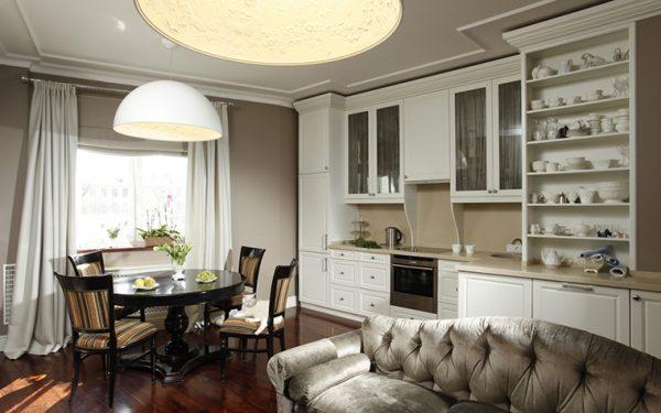 классический интерьер кухни с диваном