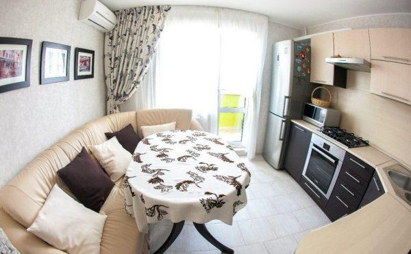 полукруглый диван в интерьере кухни