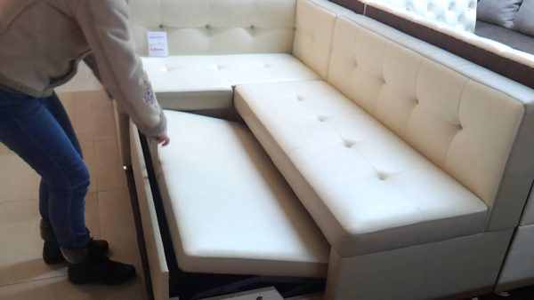 раскладываем белый диван на кухне