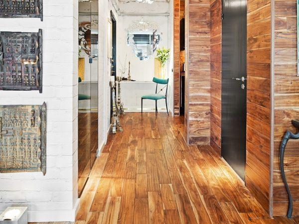 деревянный ламинат на стене прихожей