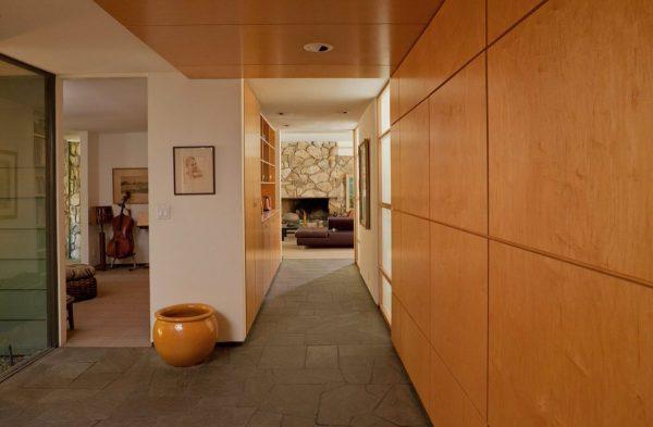 стильные панели в коридоре